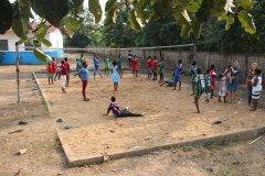 Nach tanzen und singen starteten die Wettkämpfe im Volleyball und Fußball.
